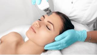 Комплексная чистка лица и химический или карбоновый пилинг со скидкой до 82%
