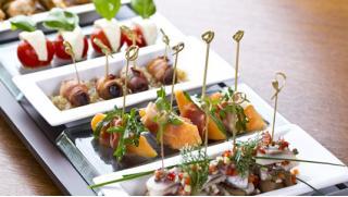 Фуршет в любое время! Фуршетные сеты с доставкой от Furshetcompany! Канапе с сыром, виноградом и мятой и не только!
