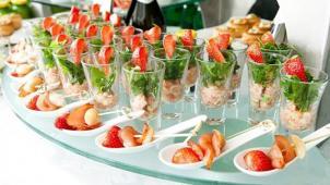 Доставка вкусностей! Фуршетные сеты с доставкой: немецкий ролл с сельдью, тапас с мидиями и сливочным кремом, бризоль