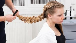 Заплетай креативно! Курсы плетения кос и создания причесок в школе визажа и причесок Pretty Woman! Скидка до 89%!