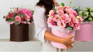Дарите девушкам цветы! Букеты из роз, тюльпанов, в шляпной коробке или корзинке со скидкой до 74% от Flowers4you!