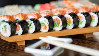 Суши или пироги? Скидки 65% на заказ блюд японской кухни и 50% на осетинские пироги от службы доставки Karamel-sushi.ru